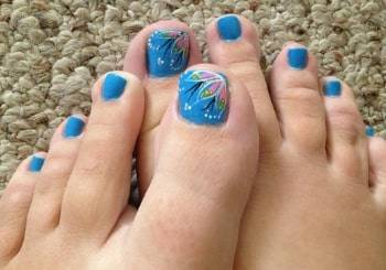 toe nail blue color with art